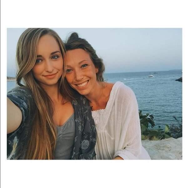 Emma Smet cultive l'esprit de famille ici avec Laura Smet, sa tante