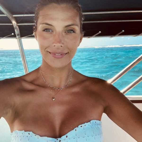 Camille Cerf, lumineuse en maillot bustier blanc en dentelle anglaise, à l'Île Maurice en août 2019