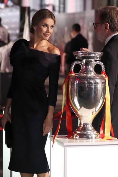 La reine Letizia d'Espagne  sublime avec sa robe Delpozo et son chignon