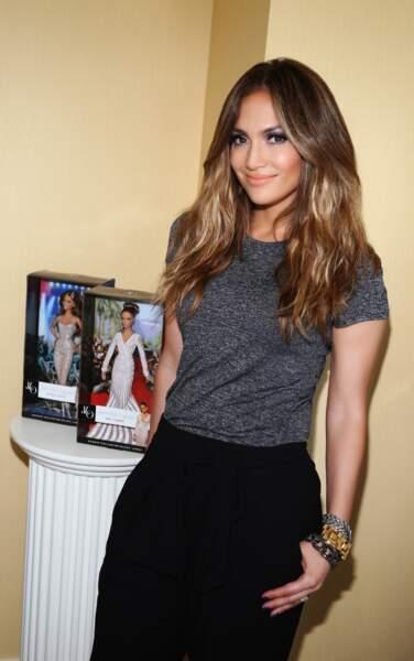 Jennifer Lopez prend la pose aux côtés des différentes versions de sa poupée Barbie