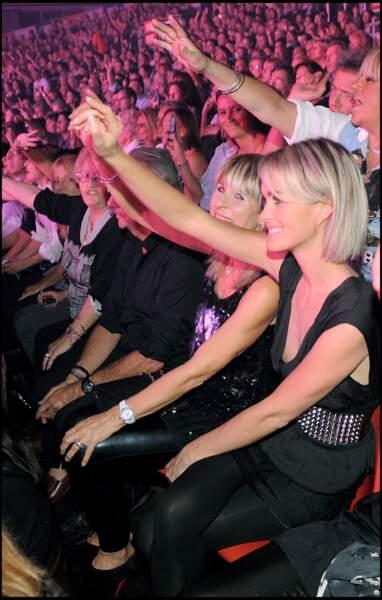 """Laeticia Hallyday et sa mère au concert de Johnny Hallyday à Montpellier sur la tournée """"Tour 66"""" en 2009"""