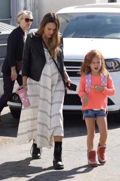 Jessica Alba coiffe les cheveux roux de sa fille Haven Garner Warren en bun, tresse ou serre-tête