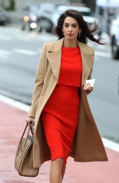 Amal Clooney et son combo robe rouge et  trench camel aux Nations Unies à New York le 28 septembre 2018.