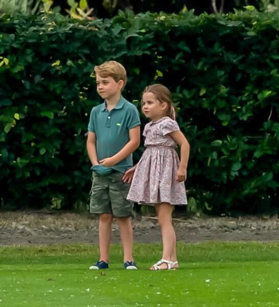 Le prince George de Cambridge avec les mains dans son polo et sa soeur la princesse Charlotte de Cambridge