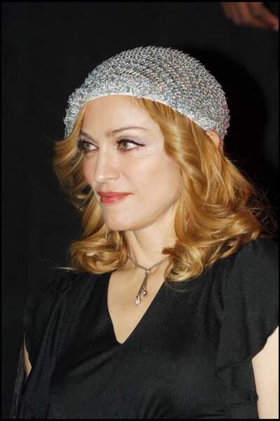 Madonna, cheveux bouclés et coiffé d'un beret en strass, à Paris en 2005