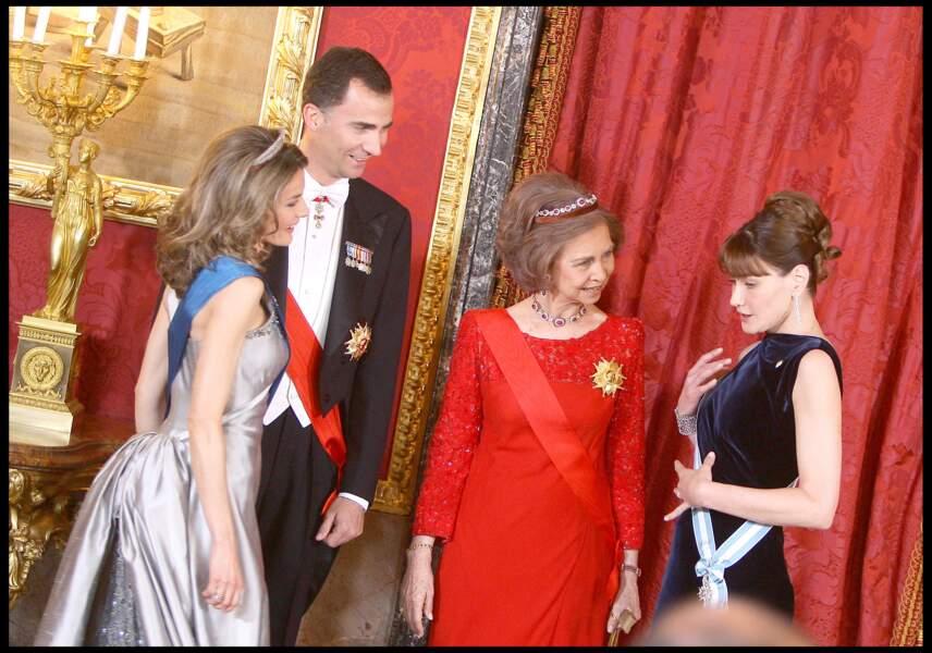 Carla Bruni et son chignon ultra sophistiqué avec la famille royale d'Espagne, en 2009 à Madrid