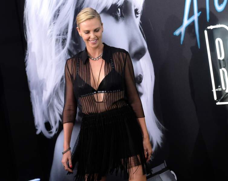 Charlize Theron : l'égérie Dior est fidèle à la marque et porte le soutien-gorge siglé le plus tendance du moment