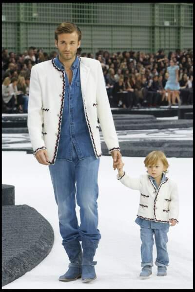 Première apparition en 2011, Hudson n'a que 3 ans, il tient la main de son papa le mannequin Brad Kroenig