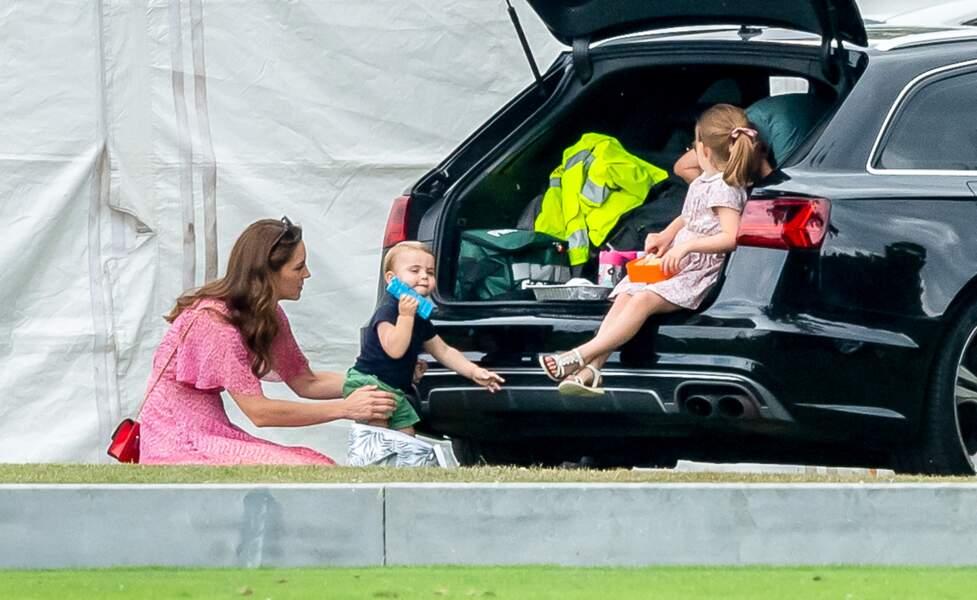 La princesse Charlotte prend une pause décontracté dans la voiture