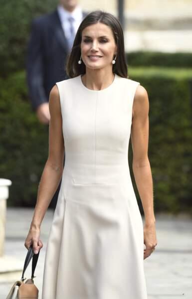 """La reine Letizia d'Espagne à la sortie de l'exposition """"El viaje mas largo"""" à Seville le 12 septembre 2019."""