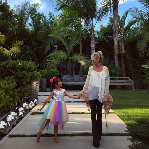 Laeticia Hallyday en blouse transparente à manches cloche Chloé avec Joy à Santa Monica en 2016