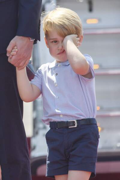 Le prince George se frotte les yeux