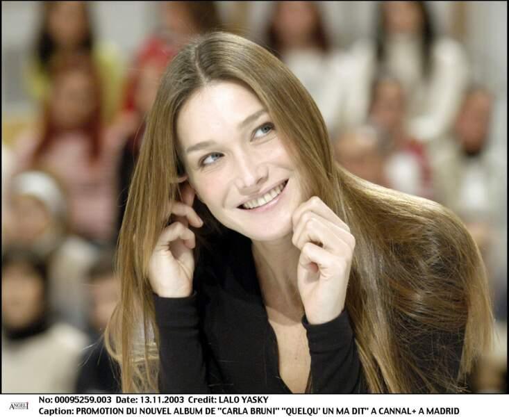Carla Bruni et ses maxi longueurs ultra lisses sur un plateau télé en 2003