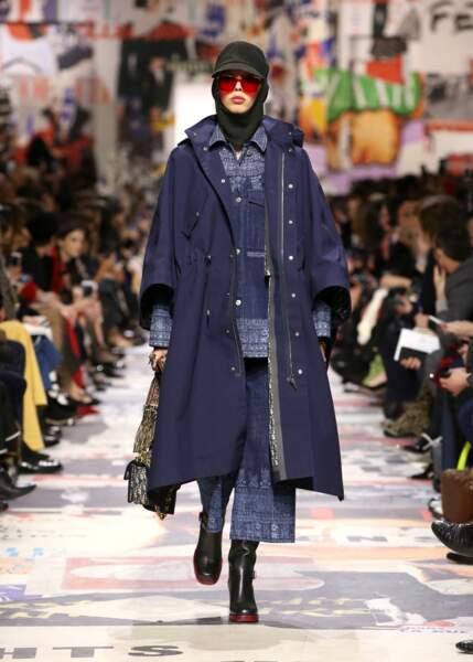 Dior associe pluie et jeans pour un look moderne.