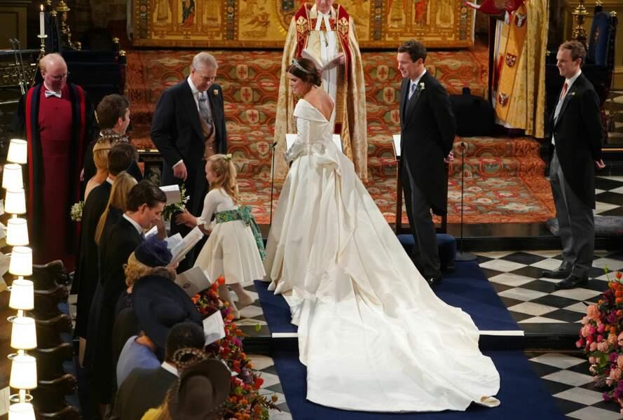 Princess Eugénie radieuse dans sa sublime robe de mariée à la longue traine