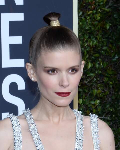 Le ruban doré parfait pour attacher le bun comme Kate Mara