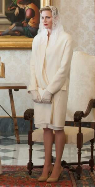Charlène de Monaco vêtue de blanc et couverte d'une mantille assortie pour sa visite au Vatican