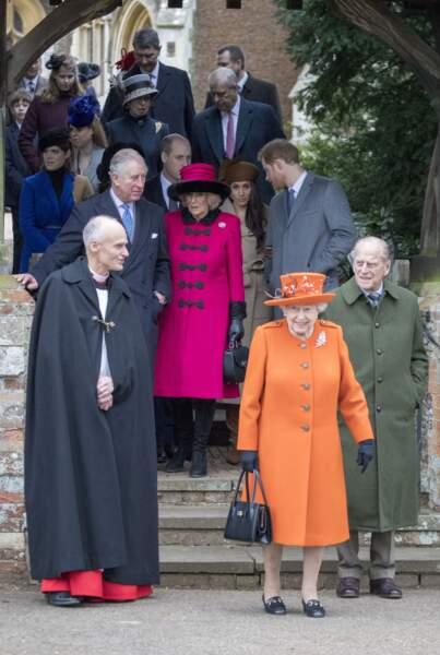 Meghan et Harry suivant le prince Charles et Camilla, lors de la messe de Noël à Sandringham le 25 décembre 2017
