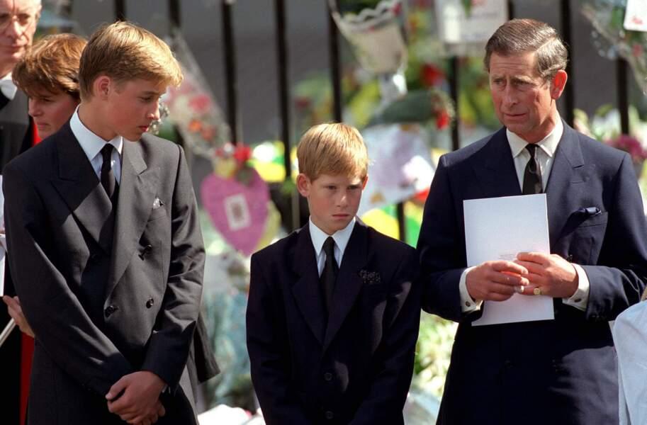 Le prince William avec son frère Harry et le prince Charles lors des funérailles de lady Diana le 6 septembre 1997