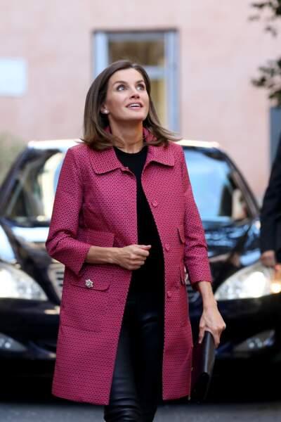 La Reine d'Espagne, Letizia, chic en manteau rose col claudine et slim en cuir.