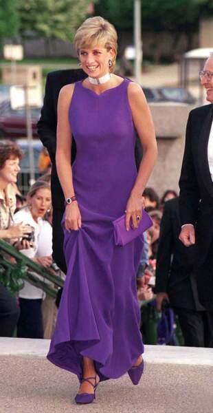 A Chicago, la princesse Diana en robe Versace violet, chaussures Jimmy Choo