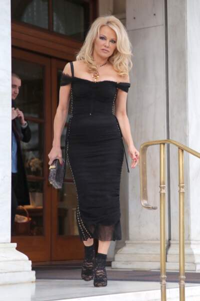 Pamela Anderson (51 ans) en robe fourreau très sexy dans les rues d'Athènes en Grèce, en février 2019