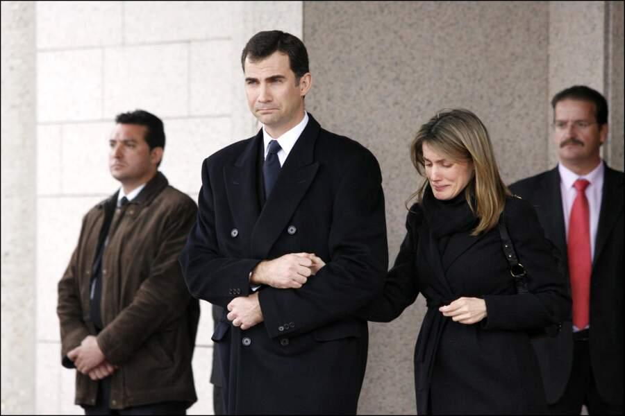 Le prince Felipe soutient son épouse la princesse Letizia lors des obsèques de sa soeur Erika, le 8 février 2007