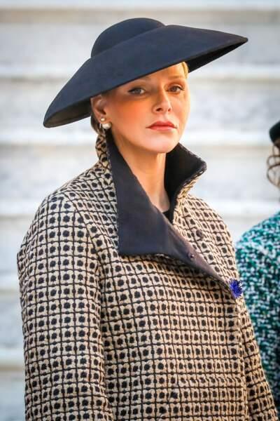 La princesse Charlene de Monaco s'affiche dans un look très élégant et un chapeau remarquable