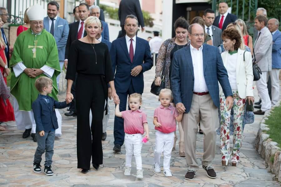 Les jumeaux Jacques et Gabriella sont entourés de leur parents Albert et Charlène de Monaco