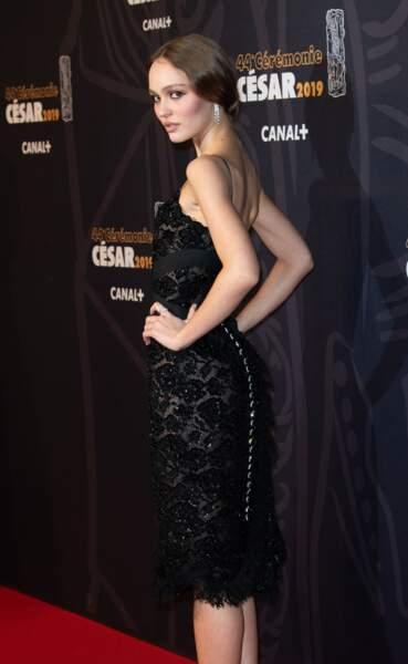 Lily-Rose Depp électrise le tapis rouge des César 2019 en robe nuisette Chanel