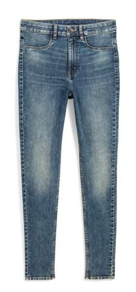 Délavé, jeans slim, 24,99 € (H&M >< TIFFANY YOUNG).