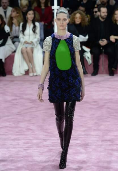 Mini-robe sixties aux détails de broderies délicates