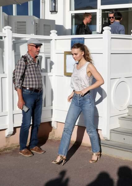 Lily-Rose Depp remet la tendance 2000 au goût du jour pour un look retro.
