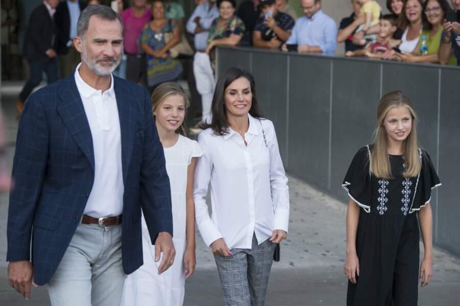 Le roi Felipe, la reine Letizia, la princesse Leonor et la princesse Sofia d'Espagne rendent visite à Juan Carlos.