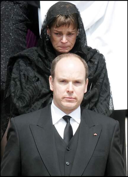 Stéphanie, très émue, et Albert lors des obsèques de Rainier III, en la cathédrale de Monaco le 15 avril 2005