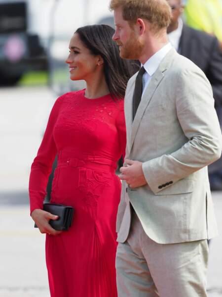 Le prince Harry et Meghan Markle à l'aéroport international Fua'amotu aux îles Tonga, le 25 octobre 2018