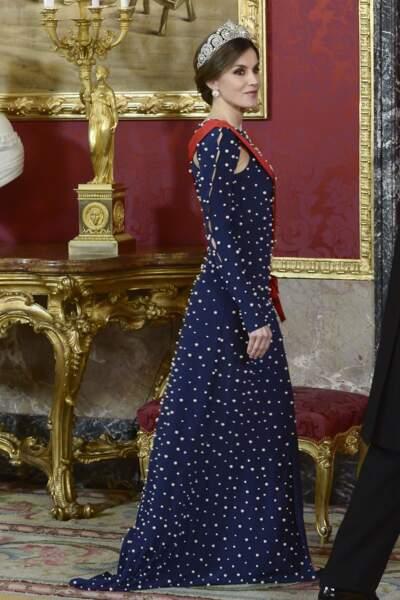 La reine d'Espagne portait une longue robe perlée et fendue sur la gauche