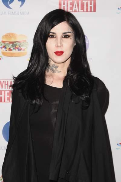 la star du tatouage Kat von D avec ses jolies étoiles sur le visage
