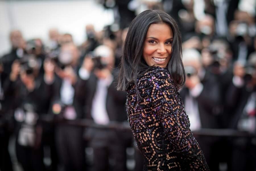 """Shy'm et son carré long avec raie au milieu, à la montée des marches du film """"Everybody Knows"""" à Cannes en 2018"""