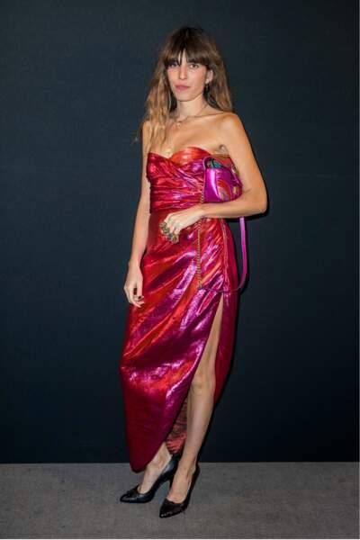 Lou Doillon dans une robe rouge scintillante et fendue