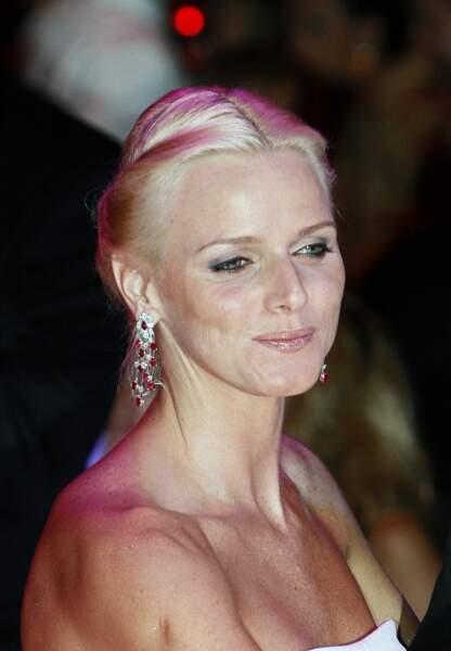 Charlène de Monaco : Teint bonne mine et cheveux joliment coiffés lors du bal de la Croix Rouge en 2007