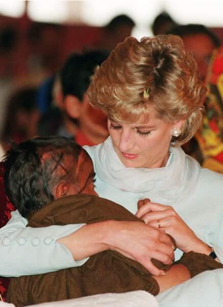 La princesse Diana émue aux larmes, lors d'une visite d'un hôpital au Pakistan en avril 1996