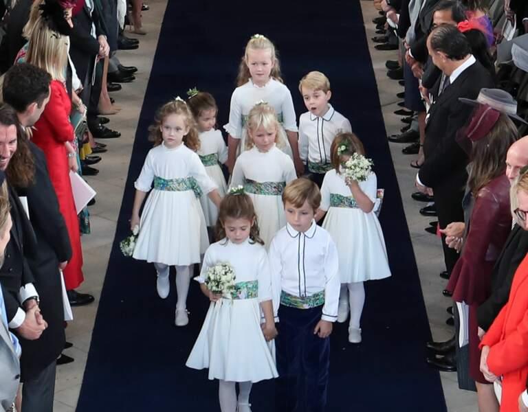 Très concentrés, les enfants d'honneur suivent de près la mariée