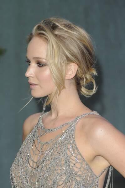 Jennifer Lawrence porte un chignon bas flou