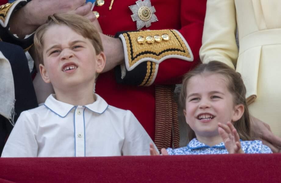 Le prince George faisant la grimace et la princesse Charlotte souriant