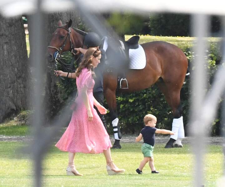 Le prince Louis gambade sous les yeux protecteurs de sa mère Kate Middleton