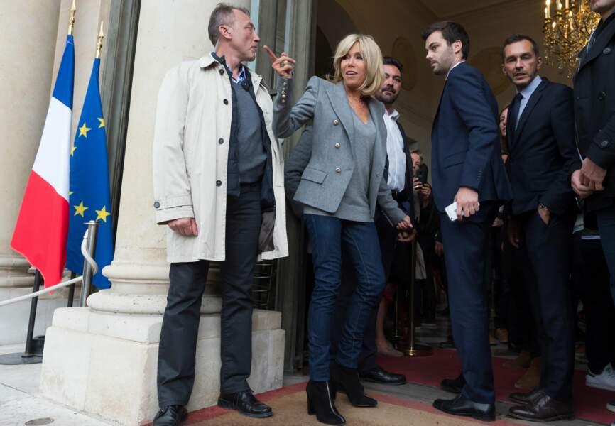 Toujours glamour en veste grise et jean foncé.