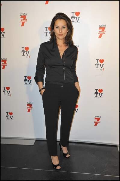 Faustine Bollaert opte pour un total look noir le 15 juin 2010 à Paris