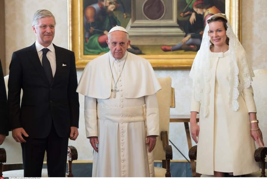 Avec le roi Philippe, Mathilde de Belgique respecte le code de droit canonique en blanc couverte d'une mantille