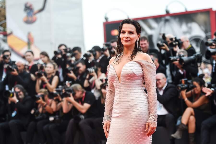 Juliette Binoche a fait sensation sur le tapis rouge de la Mostra de Venise